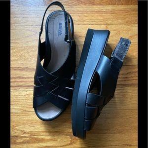 🌎 NWOT Earth Sandals